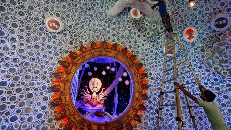 দুর্গাপূজার জন্য কলকাতার পূজামণ্ডপগুলোতে চলছে শেষ মুহূর্তের প্রস্তুতি