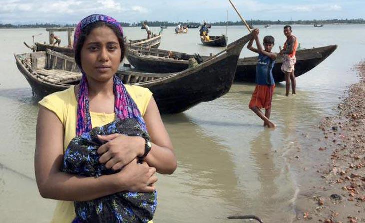 মিয়ানমার থেকে বাংলাদেশে পালিয়ে আসা রোহিঙ্গাদের নিয়ে তৈরি হচ্ছে চলচ্চিত্র 'রোহিঙ্গা'। তারই একটি দৃশ্যে নায়িকা আরশি