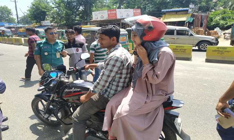 চট্টগ্রামে সোমবার ট্রাফিক পুলিশ বিশেষ অভিযান চালায়