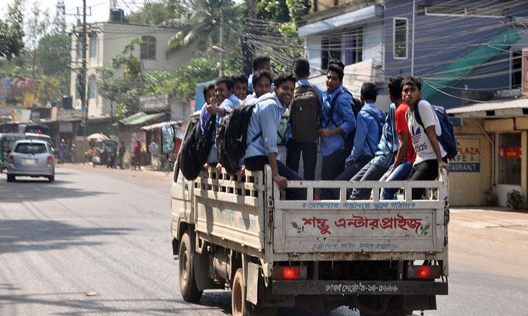 চট্টগ্রামে গণপরিবহন সংকটের কারণে মিটি ট্রাকে বাড়ি ফিরছে শিক্ষার্থীরা