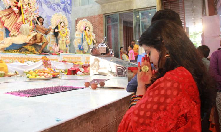 ঢাকেশ্বরী মন্দিরে দুর্গোৎসবের সপ্তমীর দিনে এক ভক্তর প্রার্থনা