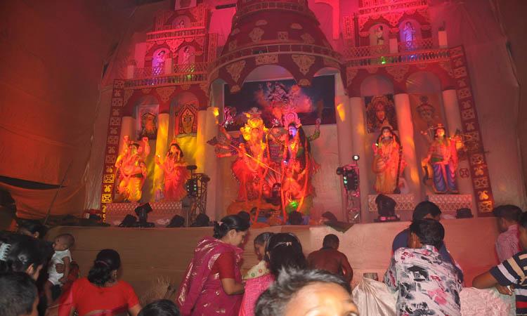 চট্টগ্রামের ফিরোজশাহ কৈবাল্যাধান আশ্রমে দুর্গোৎসবের সপ্তমীর দিনে পূজা অর্চনা
