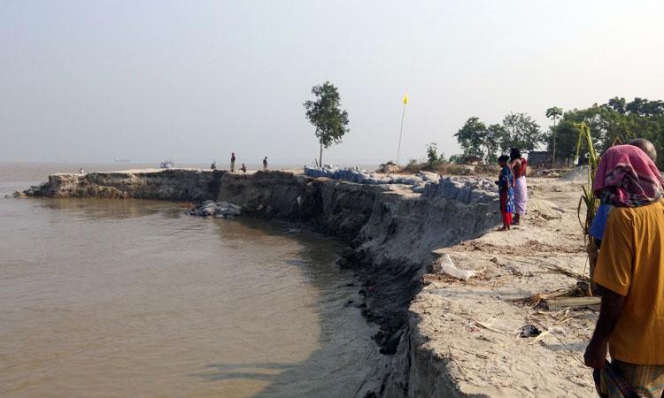 দৌলতদিয়ায় পদ্মা নদীর তীব্র স্রোতে বিলীন হয়ে গেছে দুটি ফেরি ঘাট